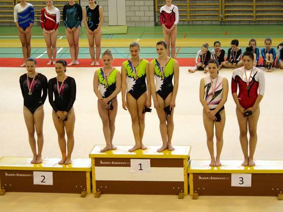 Strahlende Siegerinnen (Mitte, v.l.n.r.): Joëlle Hug, Nina Rinderknecht und Laura Hoh freuen sich über Gold in der Mannschaftswertung.