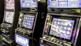Der Treuhänder verspielte seine Millionen an Spielautomaten (Symbolbild).