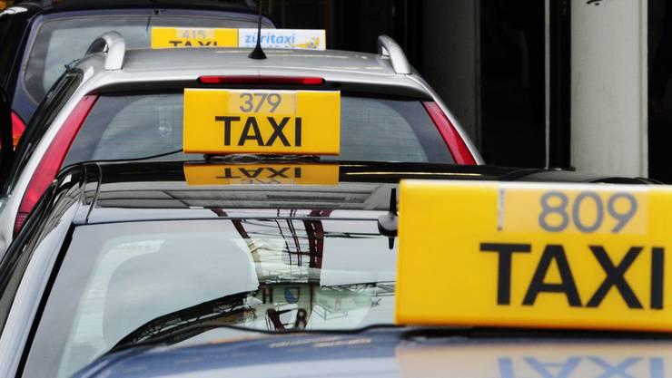 Der 26-Jährige kollidierte mit einem Taxi. (Symbolbild)