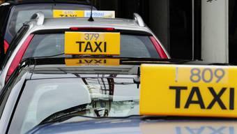 Taxifahrer müssen vermehrt mit alkoholisierten Jugendlichen kämpfen. (Symbolbild)