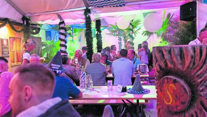 Jacqueline Wunderer (l.) verteidigt das Oktoberfest: «Wir sind keine Knille, die jeden Tag Rambazamba macht.»