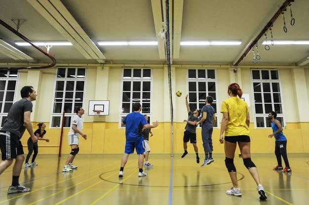 Der Verein ASK organisiert Sporttreffen mit Flüchtlingen,Ausländern und Schweizern. Hier beim Volleyball in der Theaterturnhalle Basel.