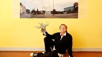 Adrian Maryniak und sein Modell der Platanen-Skulptur.