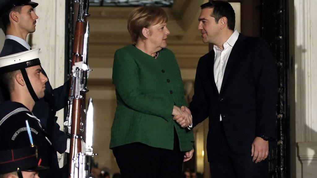 Angela Merkel wurde am Donnerstag zum Auftakt ihres Griechenland-Besuch von Ministerpräsident Alexis Tsipras empfangen.