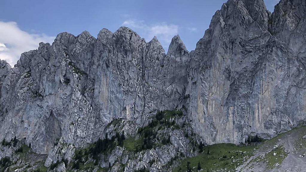 Der Bergsteiger stürzte in den Gastlosen-Bergen im Massiv der Sattelspitzen im Kanton Freiburg ab.