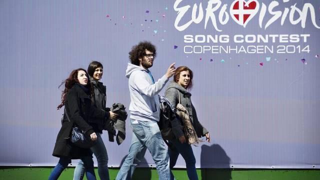 Passanten in Kopenhagen vor Poster zum Eurovision Song Contest