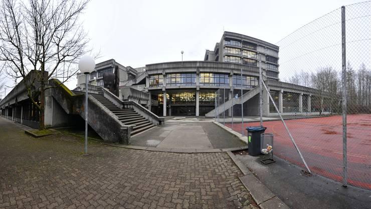 Baulich seit vielen Jahren in einem miserablen Zustand: Die 1969 bis 1973 erbaute Kantonsschule Olten im Hardwald.