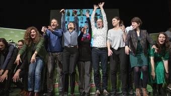 Die Grünen feiern nach ihrem Wahlsieg in Bern. Nun treffen sie sich mit den anderen Parteien zu einem Klima-Gipfel. (KEYSTONE/Peter Klaunzer)