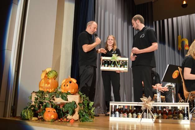 Der Dirigent des Jugendspiels Schenkenbergertal erhält 1,5 m Bier für sein 150 Prozent Engagement von Daniel Lüscher und Sabrina Rey