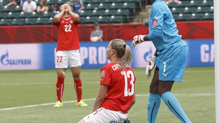 Ana Maria Crnogorcevic (Torschützin zum 1:0) und im Hintergrund Vanessa Bernauer ärgern sich nach Spielschluss über die unnötige 1:2-Niederlage gegen Kamerun
