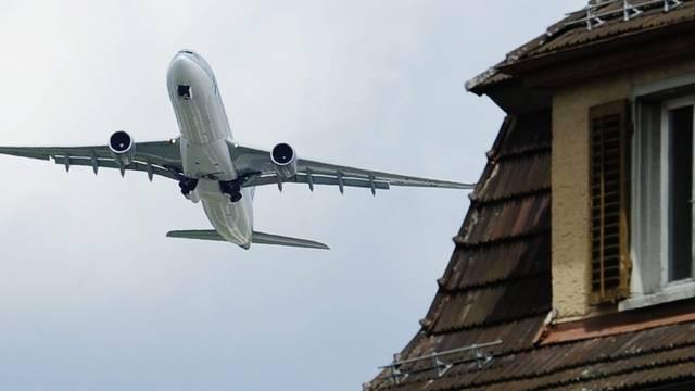 Ein Flugzeug über einem Haus in Glattbrugg (Archiv)