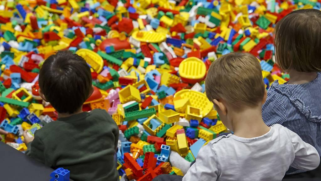 Die kleinen Steinchen sind bei Kindern beliebt: nun hat Lego einen Teil des neuen Hauptsitzes eingeweiht. (Symbolbild)