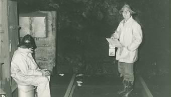 Mitarbeiter der SWG bei der Trinkwasserkontrolle im Tunnel.