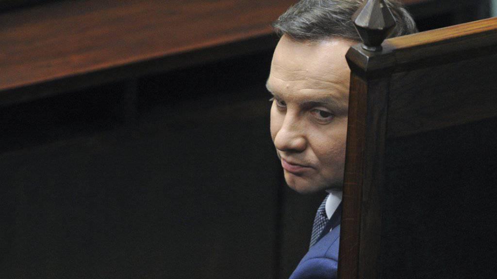 Der polnische Präsident Andrzej Duda hat das Gesetz zum Verfassungsgericht unterzeichnet. Es tritt damit in Kraft. (Archiv)
