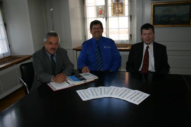 Sie präsentierten das neue Polizeireglement der Regionalpolizei Brugg (von links): Stadtammann Rolf Alder, Repol-Chef Heiner Hossli und Rolf Wernli, Stabsmitarbeiter Stadtverwaltung Brugg.