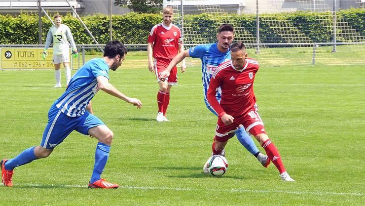 Die beiden Oltner Xaver Meyer (links) und Edon Morina setzen Pajde-Spieler Dino Dizdarevic unter Druck.