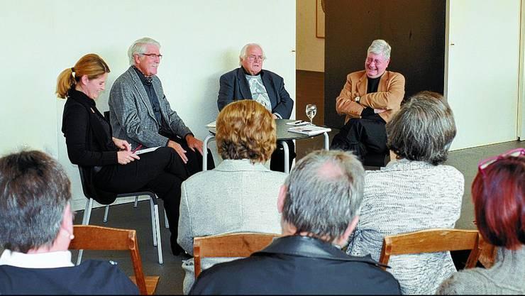 Kunsthaus: Eva Inversini, Joseph Marti, Toni Brechbühl und Hanspeter Rentsch im Gespräch. (hps)
