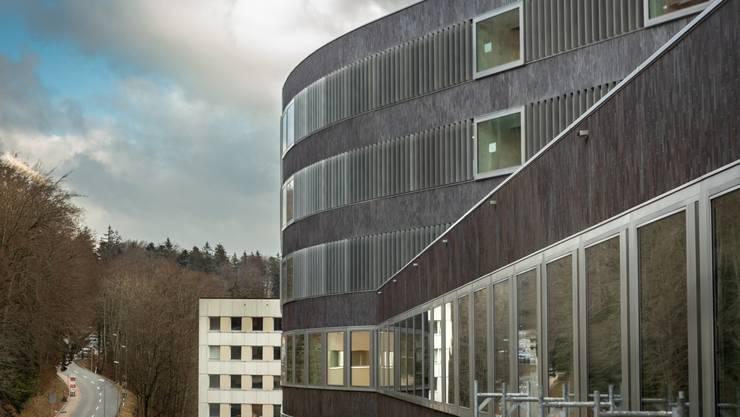 Die Fassade besteht aus über 200 000 Keramikplatten.