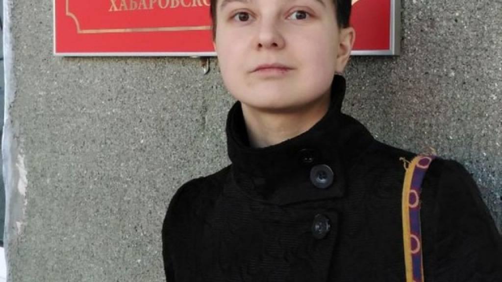 Das undatierte Foto zeigt Künstlerin Julia Zwetkowa während sie vor dem Komsomolsky Bezirksgericht des Chabarowsker Territoriums steht. Foto: ---/Julia Zwetkowa/dpa - ACHTUNG: Nur zur redaktionellen Verwendung und nur mit vollständiger Nennung des vorstehenden Credits