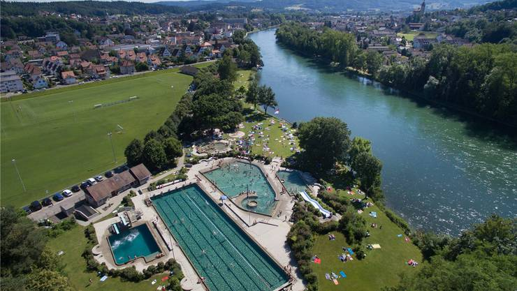 Wunderschön an der Aare gelegen: Badi Schönenwerd (links Schönenwerd mit Sportplatz Feld, rechts Niedergösgen – Aufnahme am letzten Samstag). Patrick Lüthy