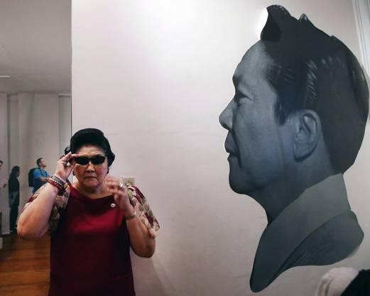 Imelda Marcos vor einem Bild ihres Mannes, Diktator Ferdinand Marcos.