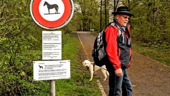 Josef Giger (64) und der Schilderwald sollen helfen, dass sich jeder an die Vorschriften hält.
