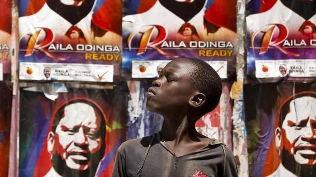 Vor einem Wahlplakat des Präsidentschaftskandidaten Odinga in einem Slum von Nairobi