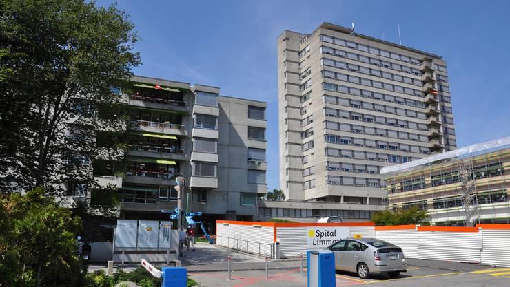 Der Totalunternehmer, der den Spitalneubau (rechts im Bild) erstellt, soll auch das in die Jahre gekommene Pflegezentrum (links) ersetzen.