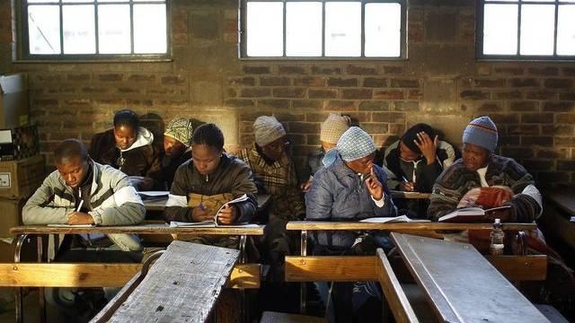 Wahlbeobachter und Wähler in einer Primarschule in Maseru, der Hauptstadt Lesothos