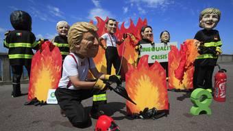 Demonstranten machen sich über die Staatschefs der G7 lustig.