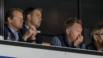 Aufmerksamer Beobachter auf der Tribüne: Klotens neuer Trainer Kevin Schläpfer (links)