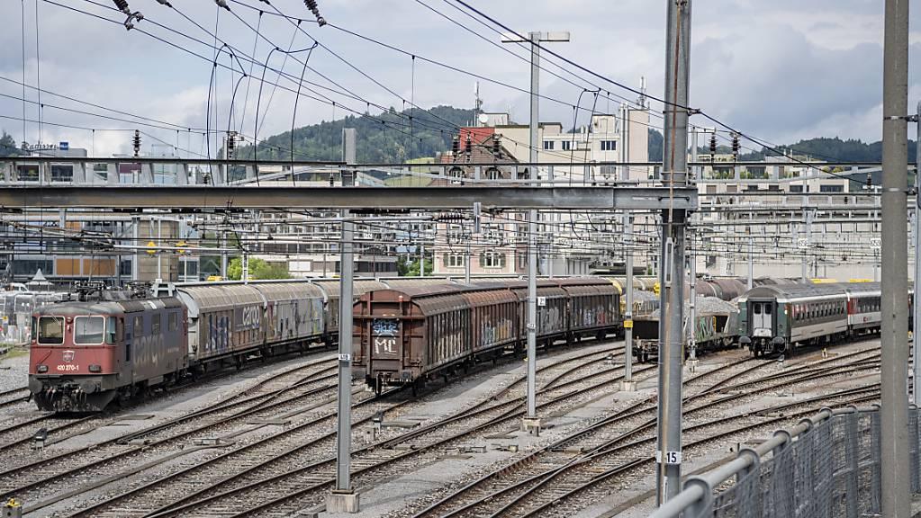 Noch ist nicht klar, wie viel Gleisfläche im Fall des Baus des Durchgangsbahnhofs in Luzern frei würde. (Archivbild)