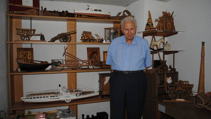 Theodor Bachmann im ehemaligen Kinderzimmer: Einige Modelle behält er, die anderen verschenkt er.