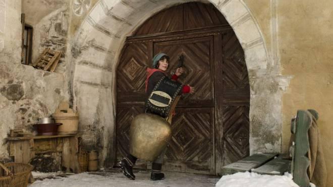 Starke Bilder: Die Heimkehr des Uorsin (Jonas Hartmann) mit der grossen Glocke. Foto: Frenetic films
