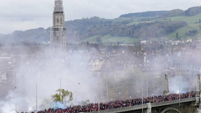 Basel-Fans auf der Berner Kornhausbrücke am Tag des Cupfinals