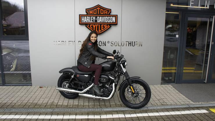 Graziella Rogers auf einer Harley-Davidson.