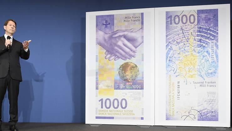 Das neue Nötli ist da: Fritz Zurbrügg präsentiert den 1000-Franken-Schein.