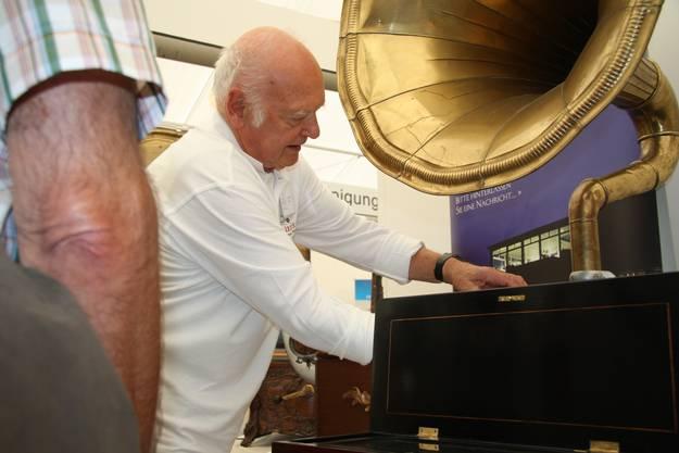 Theodor Hatt versucht einen alten Grammophon zum Laufen zu bringen