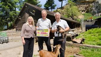 Da war die Welt noch halbwegs in Ordnung; Rolf Sommer (rechts) bei einer Checkübergabe im Mühletäli.