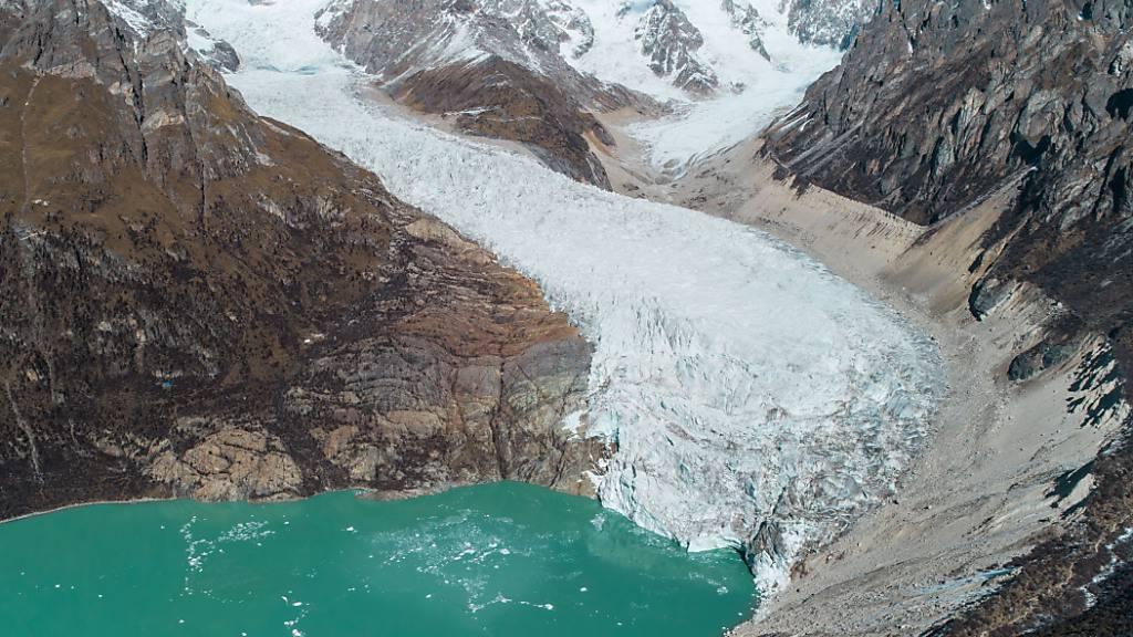Ein Gletschersee im asiatischen Hochgebirge: Die Gletscherseen am dritten Pol der Erde werden im Zuge der Klimaerwärmung zahlreicher und grösser - und das Risiko für Fluten steigt. (Pressebild)