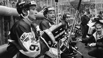 Gottérons Ausländer-Duo Slawa Bykow (links) und Andrej Chomutow (Zweiter von links) erhalten von Trainer Paul-André Cadieux (kniend) Anweisungen
