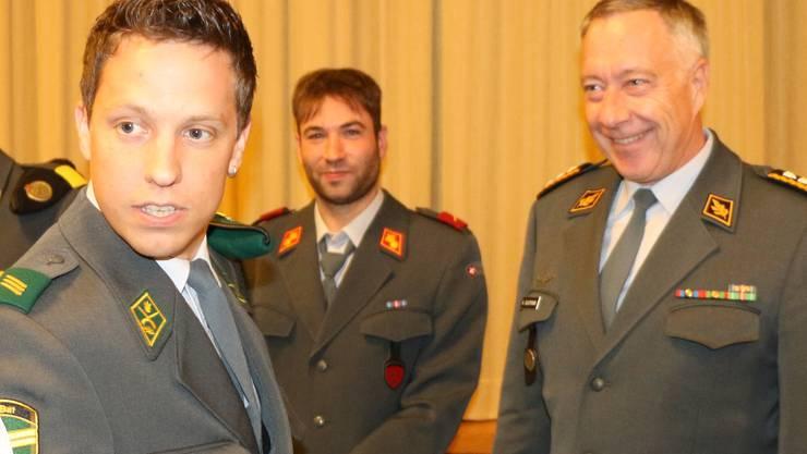 Auch Kantonsrat Christian Imark (vorn) wurde vom Chef der Armee «zurück in die zivile Obhut» gegeben.