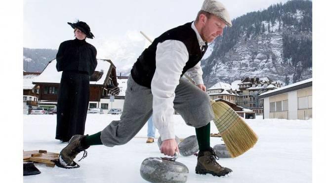 Kleiner Stilbruch: An den Füssen darf es fürs Curling während der Belle-Époque-Woche in Kandersteg etwas moderner sein. Foto: Markus Hubacher