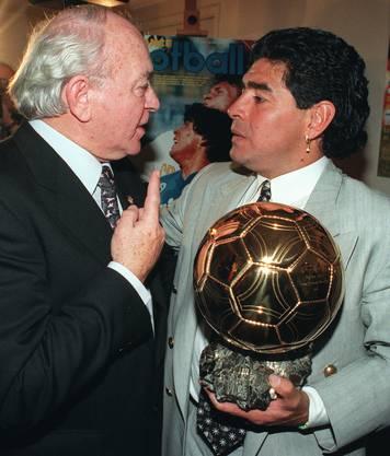 1995 wird Maradona mit dem goldenen Fussball für seine Verdienste ausgezeichnet