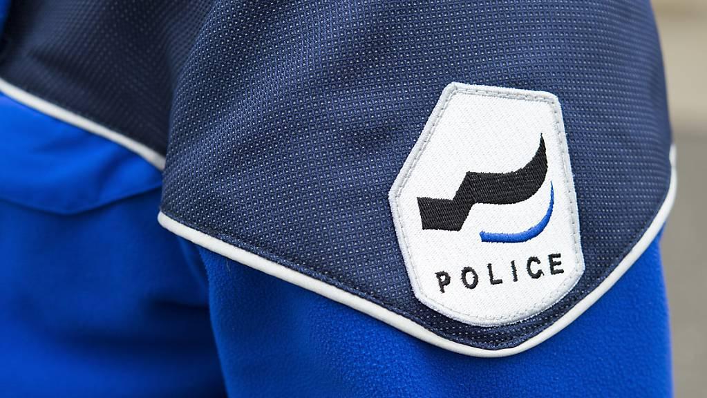 Die Kantonspolizei Freiburg hat den geständigen jugendlichen Täter verhaftet. (Symbolbild)