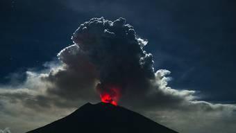 Seit Monaten hält der mehr als 3000 Meter hohe Agung mit seiner erhöhten Aktivität die Menschen auf Bali in Atem.