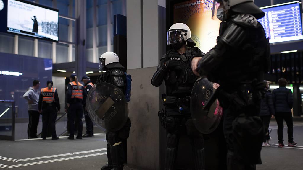 Nach Aufrufen zu erneuten Ausschreitungen hatte die Polizei über Ostern am St. Galler Hauptbahnhof rigorose Kontrollen durchgeführt und mehrere hundert Wegweisungen ausgesprochen. Die Rekurse gegen die Wegweisungen sind inzwischen erledigt. (Archivbild)