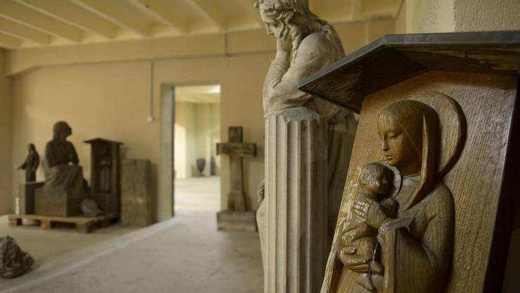 Steinskulpturen im Innern des Krematoriums Sihlfeld D