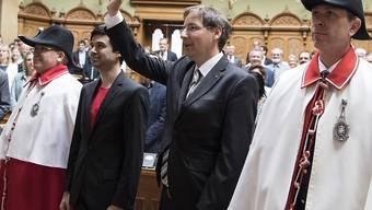 Die neuen Nationalräte Thomas Egger (CVP/VS, rechts) und Samuel Bendahan (SP/VD, links) sind am Donnerstag vereidigt worden.