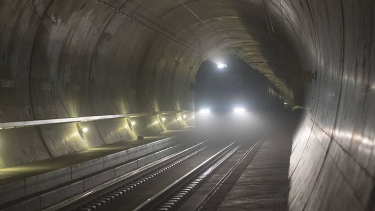 Ein Güterzug unterwegs durch den Gotthard-Basistunnel.